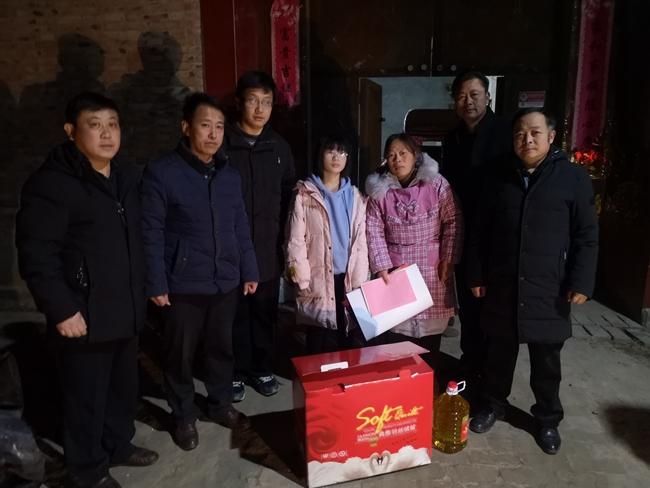 """单县bifa88开展特困户家庭学生新春""""送温暖、"""